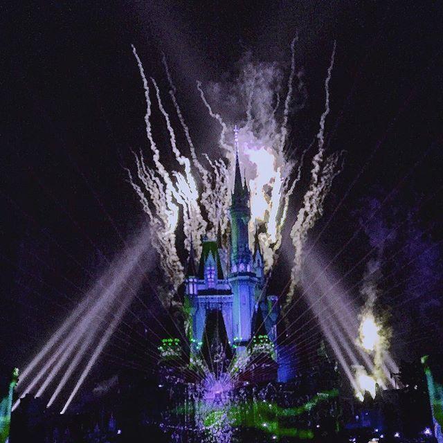 Instagram【photograph_h.k824】さんの写真をピンしています。 《姫の城 #Disneyland#シンデレラ城#夜景#光#ワンス・アポン・ア・タイム#プロジェクションマッピング#綺麗#写真#感動的#美しい映像#絵本》