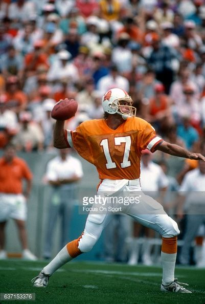 News Photo : Steve DeBerg of the Tampa Bay Buccaneers drops...