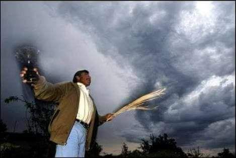 Los últimos elegidos de Tláloc que existen en México -  Antes de la llegada de los europeos existían en el valle de México unos seres elegidos por el mismo Tláloc, el Señor de la Lluvia, que oficiaban de mediadores entre él y su pueblo. Eran los graniceros, quienes podían controlar el tiempo y su curso. Y si bien algunos creen que ya no existen, lo cierto es que nunca se han ido… Así me lo contó Moisés Vega Mendoza, de 55 años de edad, quien asegura tener un linaje de granicero, un don…