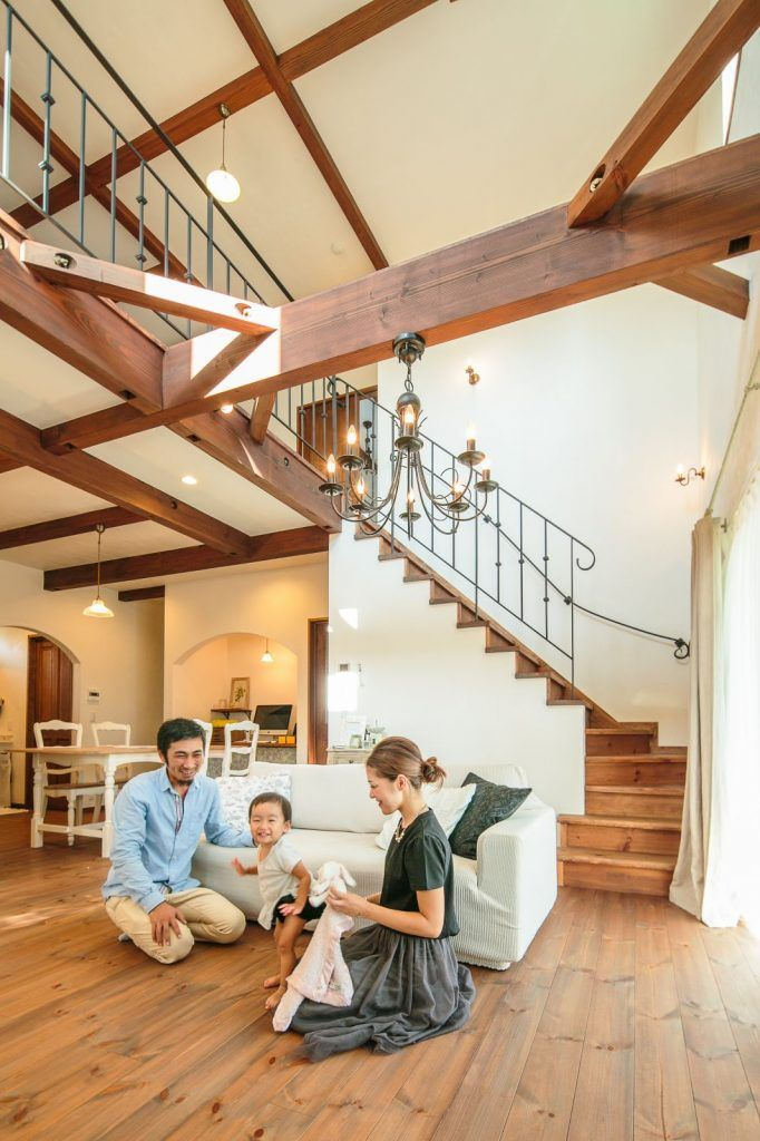 【アイジースタイルハウス】階段。塗装した無垢の床と梁にアイアンの手摺が絶妙にマッチ