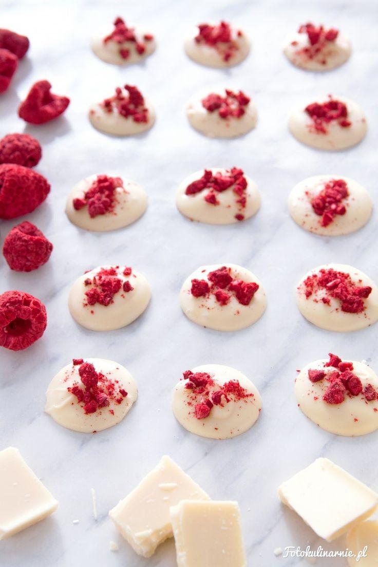 Niezwykle szybkie i proste, domowe czekoladki z białej czekolady i liofilizowanych malin. Idealne na romantyczny prezent walentynkowy.