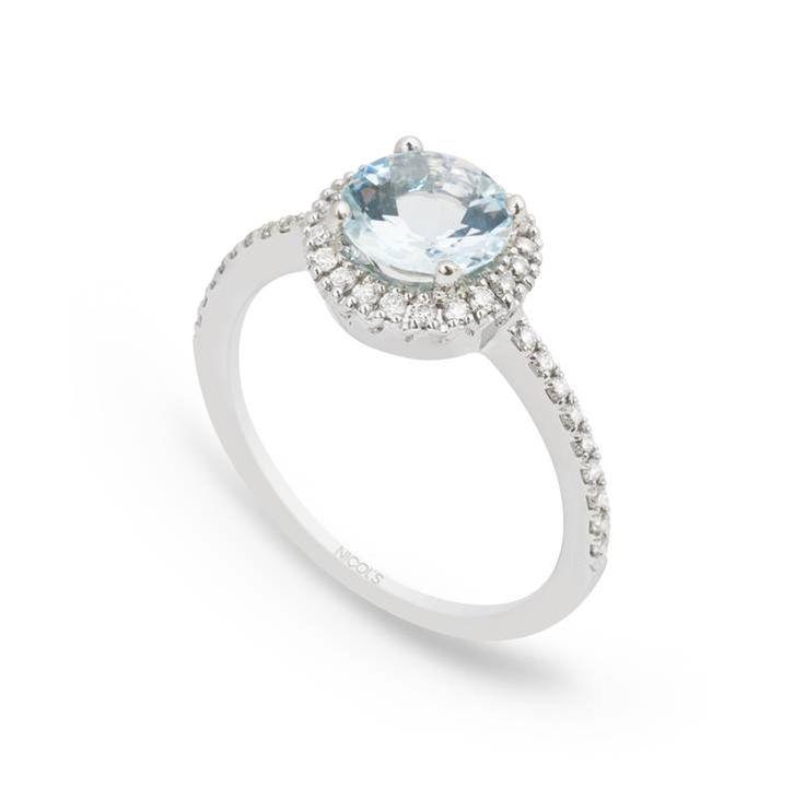 Anillo de Diamantes Colorfull NICOL´S. Sortija con piedra central tipo sello redondo, rodeada de diamantes en el bisel lateral. Fabricada en oro blanco, aguamarina 0.98ct y diamantes 0.30ct.
