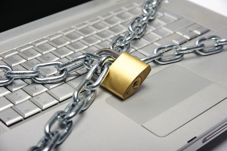 Un homme met un cadenas à son ordinateur pour éviter tout virus - http://boulevard69.com/un-homme-met-un-cadenas-a-son-ordinateur-pour-eviter-quun-virus-rentre/?Boulevard69