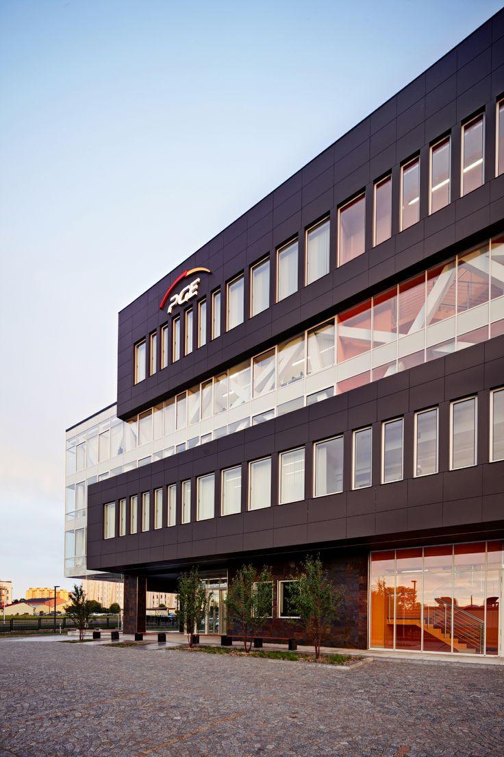 Biurowiec PGE GiEK SA jest budynkiem 6-kondygnacyjnym o powierzchni netto 6 652,1 m2, w tym z jedną kondygnacją podziemną oraz pięcioma kondygnacjami nadziemnymi. Biurowiec jest elegancki i w niczym nie przypomina anonimowych, szklanych budynków z parków biznesowych. Dynamiczny akcent nietypowej konstrukcji, zakończony znacznie wysuniętym wspornikiem, podkreśla strefę przeszkleń i nadaje bryle lekkości.