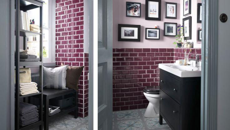 Ett litet och fint dekorerat badrum med läshörna och hylla för extra förvaringsutrymme
