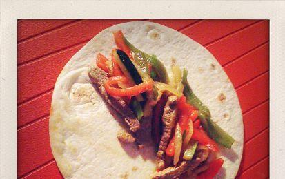 Fajitas - La fajitas è un piatto messicano a base di carne saporito e abbastanza leggero, questa ricetta ne propone una versione semplificata facile da preparare anche in casa.
