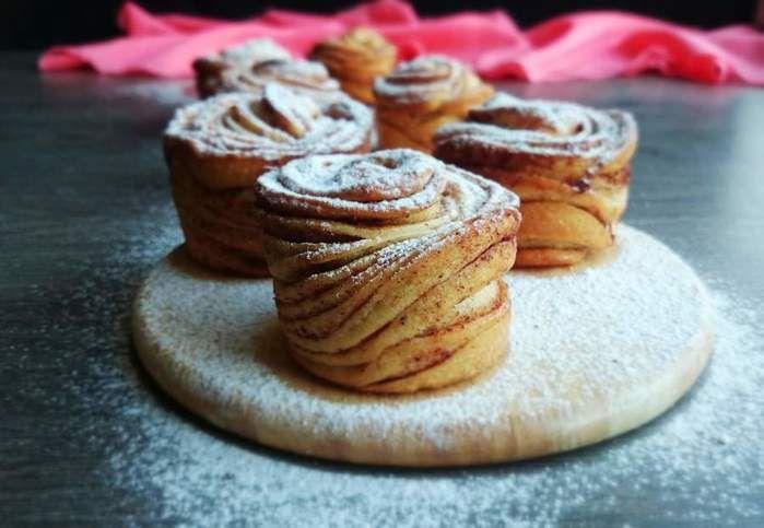 Новая мода в кулинарии- краффины, это такие булочки с корицей, слоистые, которые выпекаются в формочках для маффинов, получаются с приятным ароматом корицы, хрустящей корочкой и мягким мякишем. . …