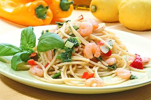 Špagety s jarní cibulkou, krevetami a chilli papričkou.