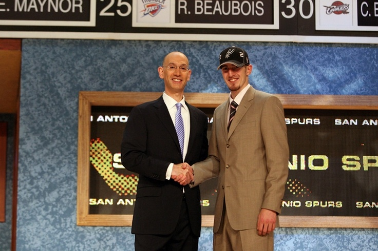 The Spurs have announced the signing of French guard and 2009 draft selection Nando De Colo.