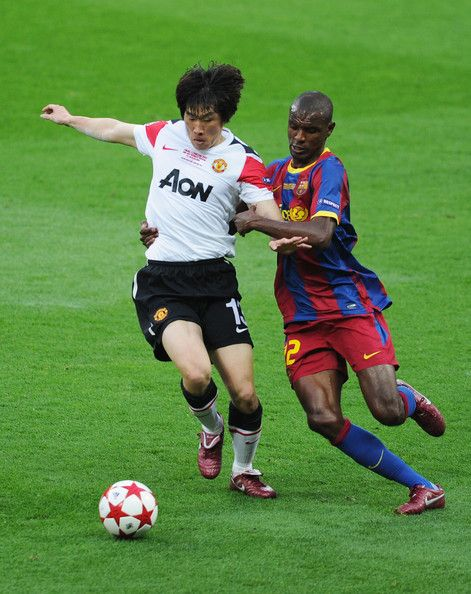 Park Ji-sung Photos - Park Ji-Sung of Manchester United (L) is challenged by Eric Abidal of FC Barcelona during the UEFA Champions League final between FC Barcelona and Manchester United FC at Wembley Stadium on May 28, 2011 in London, England. - Park Ji-sung Photos - 56 of 225