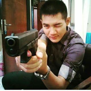 POLISI Tampan dg senjata