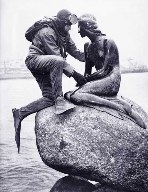 Homme grenouille ? Quel drôle de métier ! ©Kaj Peters - photo de 1965 l'homme-grenouille et la sirène de Copenhague
