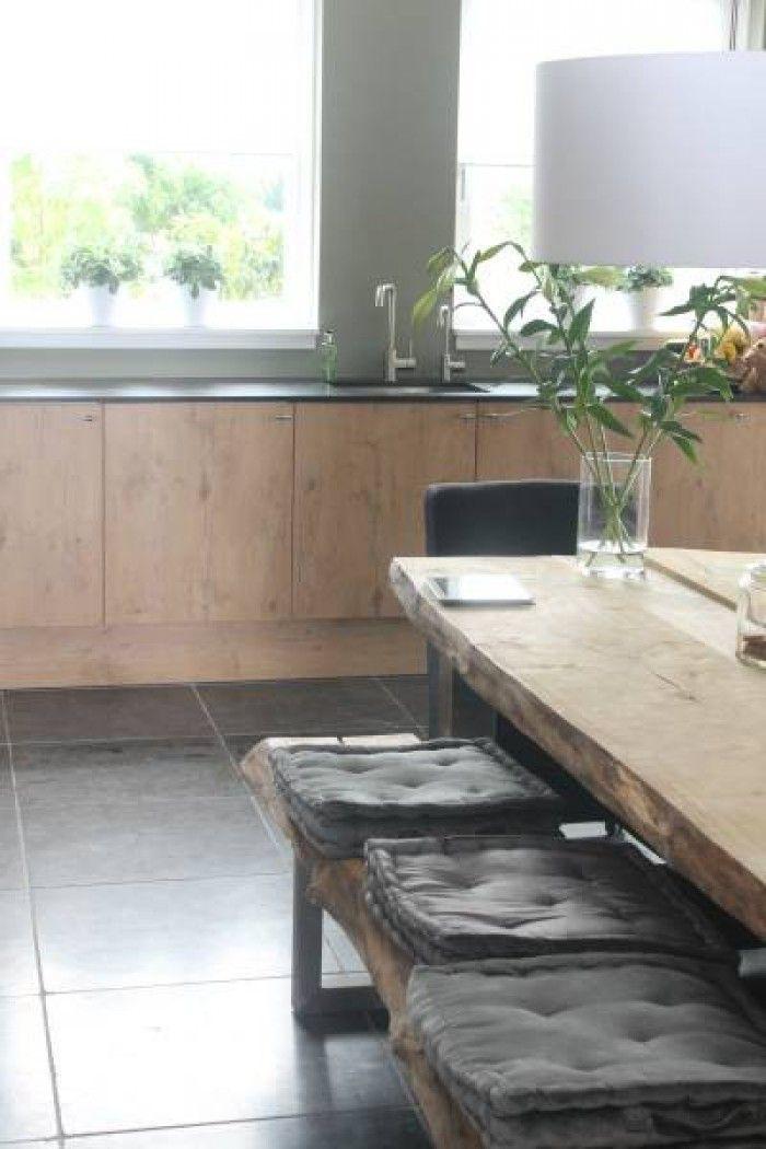 super strakke keuken heel natuurlijke uitstraling! steigerhouten keuken en een houten tafel met