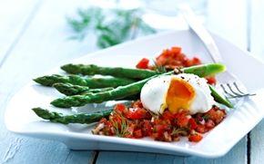 Asparges med rogn-vinaigrette og pocherede æg En dejlig forret med æg i flere variationer - hønseæg og fiskeæg sammen smager og ser godt ud.