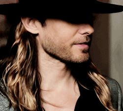 Hat, hair behind his ears and a bit of beard... Perfect !!