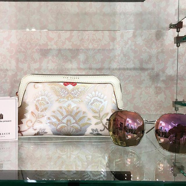 Les accessoires... on aime !! Trousse de maquillage style oriental doré Ted Baker et lunette de soleil Quay Australia. La meilleure boutique pour être stylée de la tête aux pieds