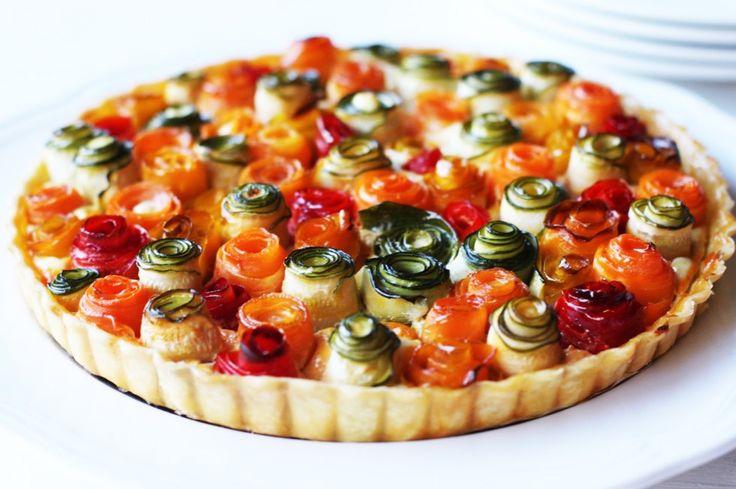 Una ricetta colorata e scenografica a base di verdure: zucchine, carote, peperoni gialli e rossi sono gli ingredienti principali di questa torta di rose salata. Semplice e golosa!
