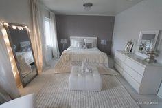 Coconut White - chic bedroom