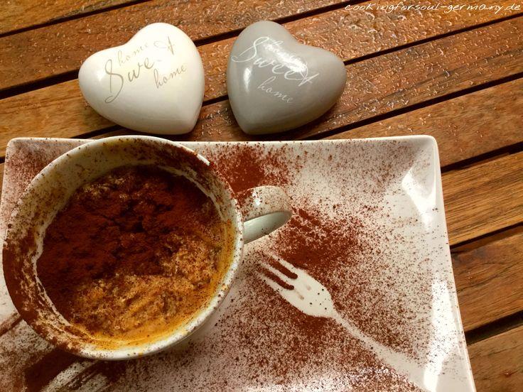 Hier findest du das Rezept und die Nährwerte für Veganer Tassenkuchen mit Apfelmark und Mandelstiften - ohne Zucker. Mit Erythrit und Mandelmehl.