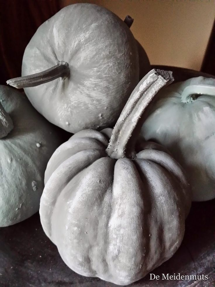 De Meidenmuts een kleurtje geven met grijze kalkverf.