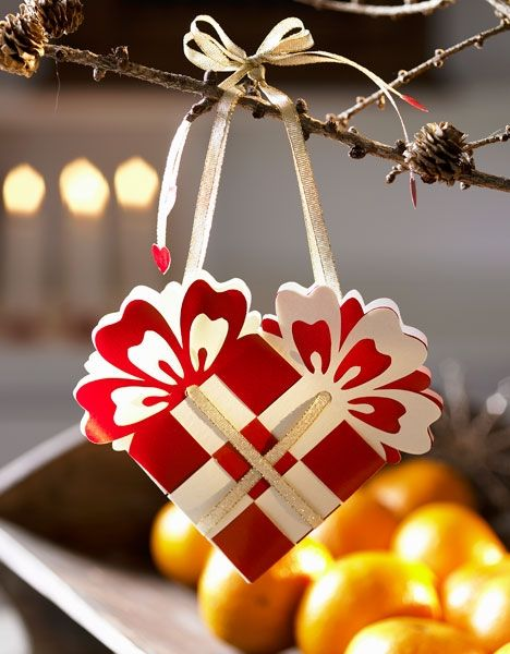 a HOW TO for making traditional Danish red and white hearts for the Jule (Christmas) tree.