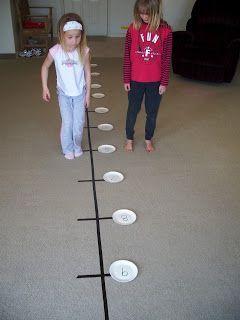 Bewegung unterstützt das Lernen und Begreifen. Eine gute Idee mit dem Zahlenstrang ein Gefühl für plus,/minus, größer als/kleiner als kennenzulernen. Number Line Jumping: Great for teaching counting on, addition and subtraction and greater than/less than.