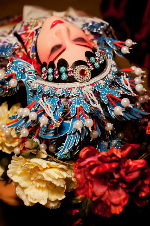 Isn't this a gorgeous picture of Peking Opera?This art is no doubt a cultural treasure of China,after its' nearly 200 years development.The repertoire of Peking opera includes over 1400 works, which are based on Chinese history, folklore, and, increasingly, contemporary life.