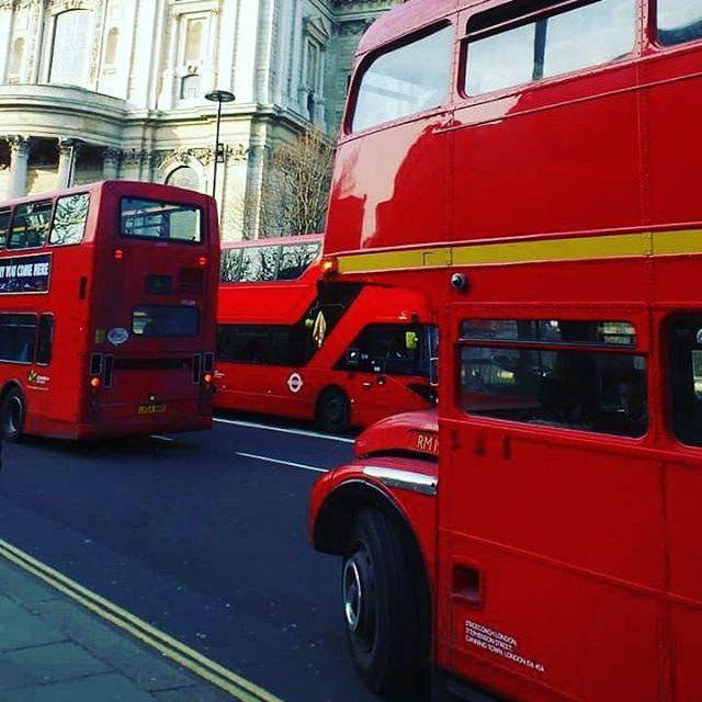 Routemaster! #London  Il n'en reste plus beaucoup et ils circulent tous sur la ligne 15 entre Trafalgar Square et La Tour de Londres. Très confortables vu leur âge, ces bus des années 50 sont accessibles avec un simple titre de transport normal (oyster card ou travel card) . Je prépare un article en détail concernant tous mes bons plans et toutes les astuces pour voyager et séjourner à Londres, ainsi qu'un programme-type pour une première visite de quatre jours dans la capitale britannique…