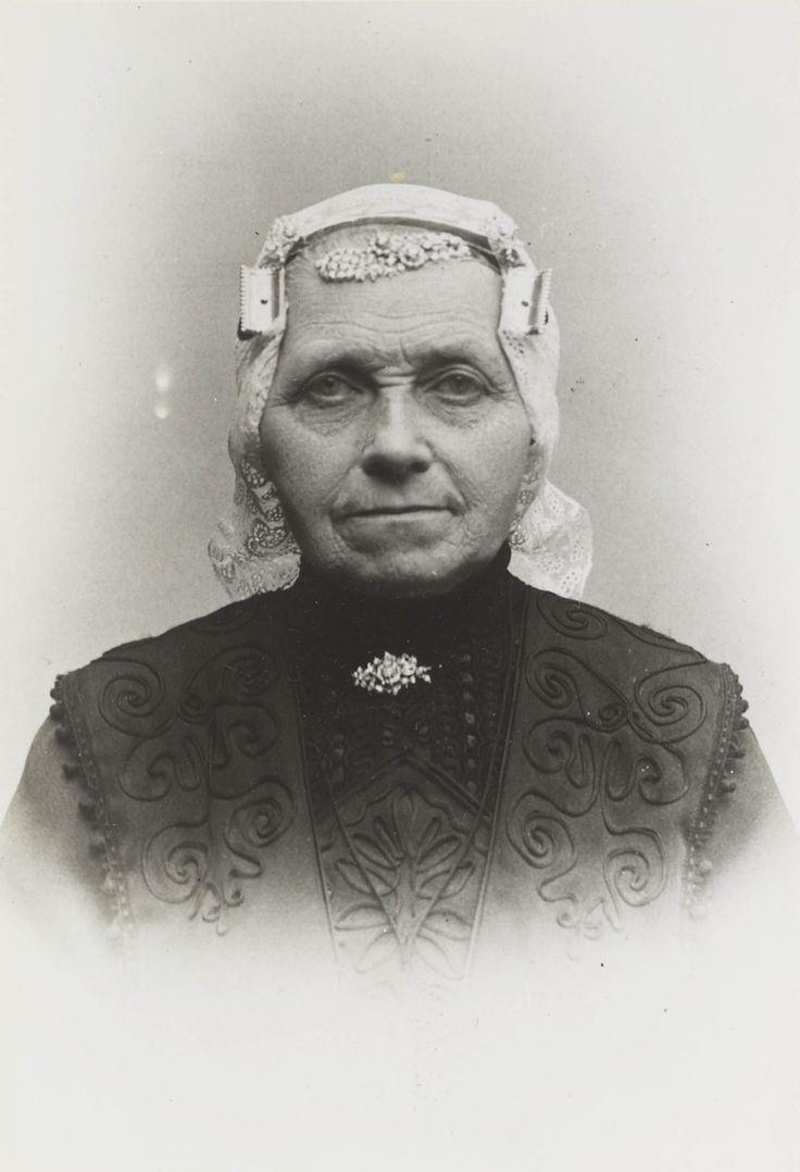 Vrouw in streekdracht uit West-Friesland