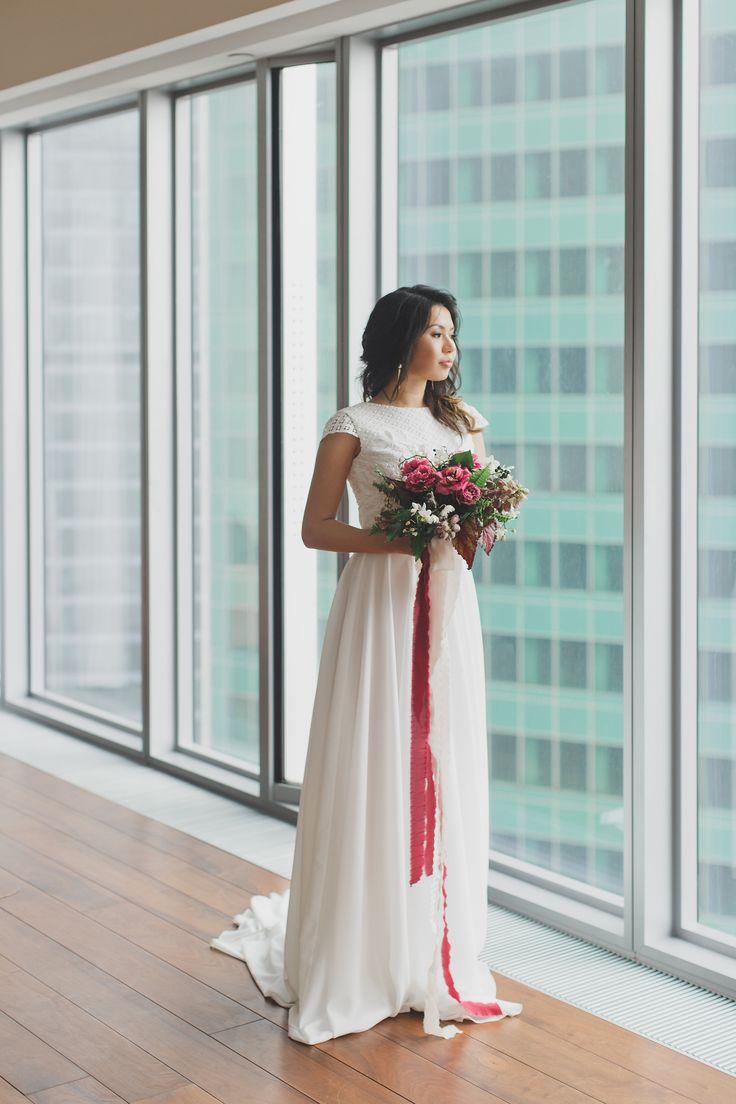 Экзотические цветы, пальмовые листья и легкие, нежные платья на фоне ультрасовременных небоскребов. #свадебноеагентствомосква #свадебноеагентствобеззабот #организациясвадеб #свадебныйорганизатор #люблюсвоюработу #утроневесты #невеста #свадьба #урбан #bride #wedding #weddingmoscow