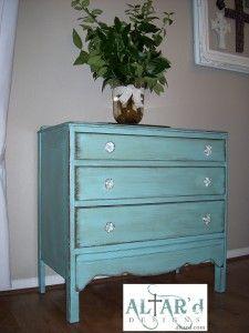 """Møbler i maghoni godt få et rum til at virke """"lidt tungt"""", hvis rummets øvrige indretning ikke er lys. Men med lidt maling kan du lynhurtigt få super flotte møbler i lige den farve, der passer ind i din personlige indretning. Bare se hvordan en gang maling har givet denne gamle kommode et nyt og anderledes look."""