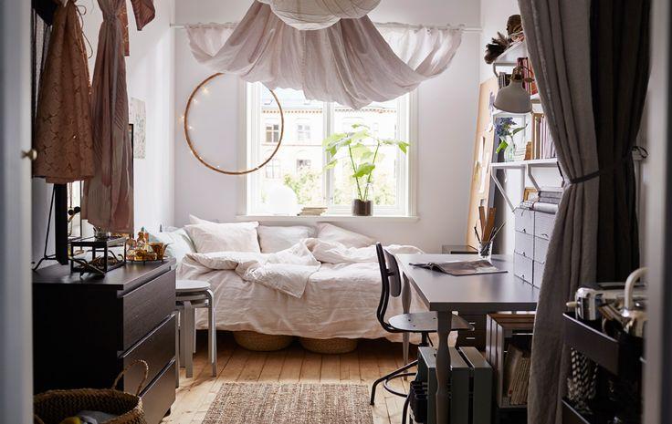 Aufnahme eines Wohnheimzimmers vom Eingang aus. ähnliche tolle Projekte und Ideen wie im Bild vorgestellt findest du auch in unserem Magazin
