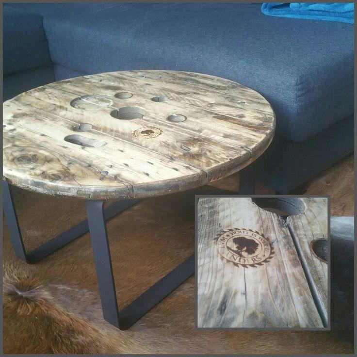 schijf van een oude #kabelhaspel met poten van gebogen #staal krijgt nieuwe functie als #salontafel.