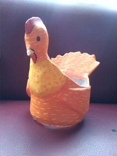 Gallinita para guardar huevos hecha de un galón plástico.