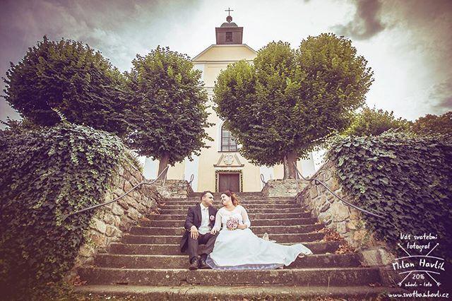 O víkendu byla svatba v Kostelním Vydří a tam to je vždy velká paráda... Díky Terce a Michaelovi, že jsem mohl být součástí jejich velkého dne.  #svatba #wedding #svatebnifoto #weddingphoto #svatebnifotograf #weddingphotographer #czechwedding #czech #czechphotographer #czechweddingphotographer #nevesta #zenich #kostelnivydri #kostel #zavoj #schody #svatbavkostele #mamsvojipracirad #fotiltomilan  Více svatebních fotek najdete na: www.instagram.com/mhavlifoto