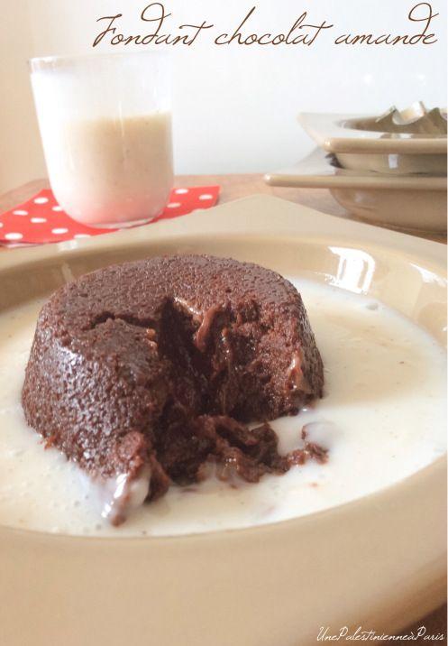 Allumer le four 200°C. Dans une casserole, faire fondre 200 g de chocolat + 20 cl de crème d'amande à feu doux. Ajouter 160g de purée d'amande, lisser la préparation. Incorporer ensuite 100g de sucre glace et 100g de poudre d'amande, mélanger. Verser dans des moules individuels préalablement graissés ( j'ai utilisé l'huile d'amande qui restait au fond de mon pot de purée d'amande). Cuire 12 min. Laisser tiédir avant de démouler.