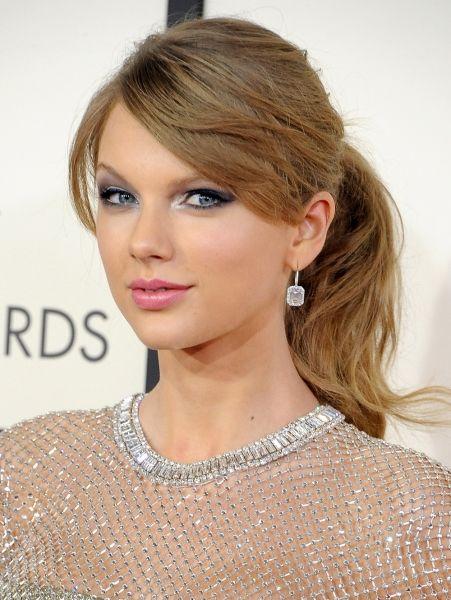 Taylor Swift - 2014 Casual paardenstaart en zilveren eyeliner @ de Grammy Awards| ELLE