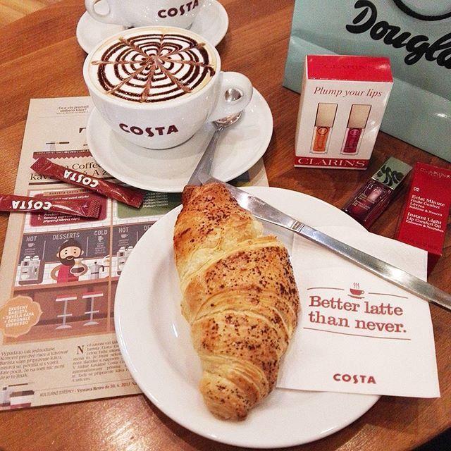Kafíčko, kosmetika a pořádnej holčičí pokec - přesně tohle jsem potřebovala 😘 w/@marsalkovaivana 👭 ☕ #girlstalk #coffee #cappuccino #costacoffee #croissant #shopping #clarins #douglas #treatyourself #beautyaddict