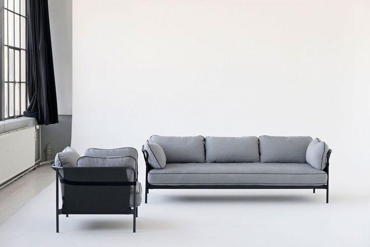 Med den modernt stilrena fåtöljen Can från HAY har formgivarna Ronan & Erwan Bouroullec gått längre än att skapa en bekväm, elegant och praktisk möbel. Avsikten har varit att återskapa idén med soffan – från något naturligt komplicerat till något enkelt och avslappnat för alla. Soffan Can monteras hemma och kan därför packas effektivt vilket ger mindre volym, mindre lager och färre transporter.Välj själv utförande på stomme, yttre kanvas och dynor. Can finns även som 3-sitssoffa och 2-s...