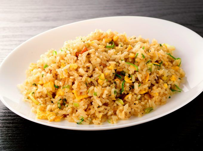 """În japoneză """"Yakimeshi"""" exact asta înseamnă: orez prăjit. Japonezii servesc foarte des acest tip de orez, mai ales în timpul zilelor lucrătoare, deoarece este un fel de mâncare care se face extrem de rapid, e tare gustos și sățios. Mai ales că asiaticii au aproape permanent în gospodărie orez deja fiert, se înțelege că este …"""