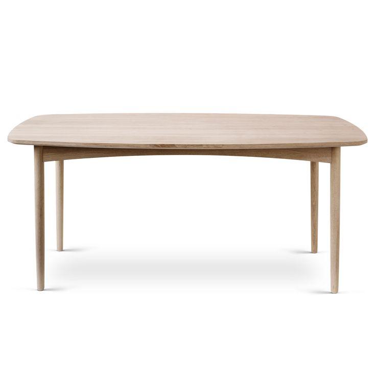 Bordet er klassisk og samtidigt meget moderne i sit udtryk i kraft af sit lyse egetræ