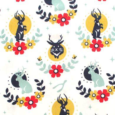 Birch Fabrics(バーチ・ファブリックス)「Tall Tales Jackalope Cream」生地通販。「Tall Tales Jackalope Cream」は、バーチ・ファブリックスのデザイナー Arleen Hillyer がデザインしたジャッカロープ柄の生地。ジャッカロープとは、アメリカ・ワイオミングに生息すると言われている幻の動物。見た目は、鹿の角を生やしたウサギであると言われる伝承上の未確認動物です。そのジャッカロープのまわりに花をあしらったかわいいイラストが魅力の生地。アメリカのおしゃれなコットン生地が豊富な輸入生地店。