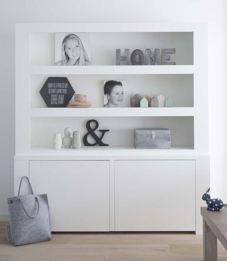 Strakke vakkenkast model Sam by House collectie. Strakke kast, witte kast, vakkenkast, boekenkast. Interieur.