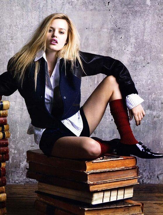 A gördülő kő nem gyűjti a mohát - Georgia May Jagger és a könyvek - Georgia öltözéke titilláló Lolita-divatra hajaz, miközben régi könyvekkel pózol. A fiatal Jagger lány jó beállításai remekül hozzák a rossz diáklány (képzeletbeli) tulajdonságait. Mit mondhatnánk: A gördülő kő nem gyűjti a mohát… Németh György (Photo: Vogue China, July 2010)