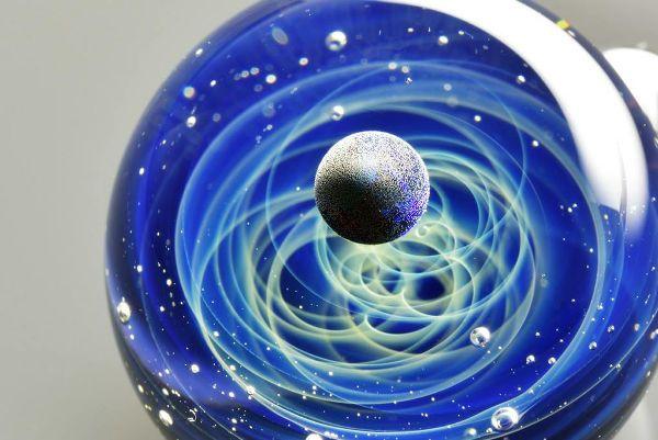 星々や銀河を閉じ込めた、吸い込まれそうなほど美しい日本人のガラスアートが世界で話題に | BUZZAP!(バザップ!)
