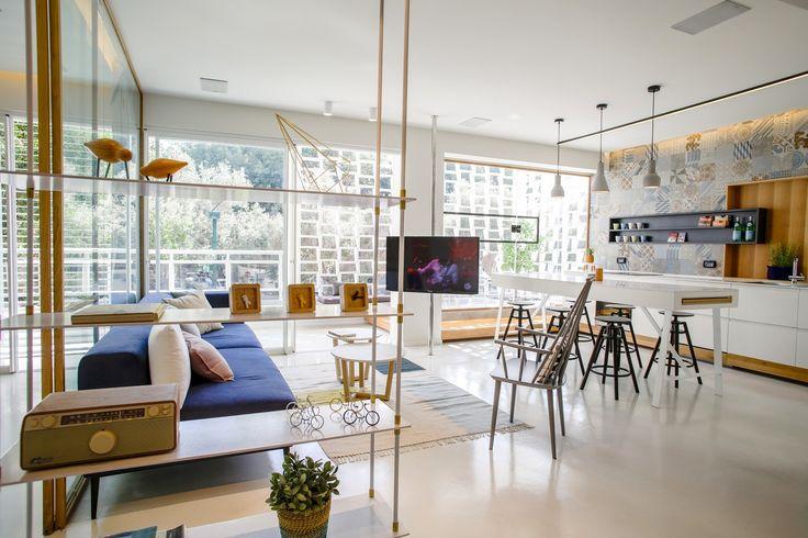 Интерьер квартиры в Тель-Авиве.  Резиденция площадью 110 кв. метров изначально имела плохую планировку с длинными, тёмными и узкими коридорами, а также множеством маленьких и бесполезных ниш. Архитекторы перенесли кухню, которая теперь является частью дневной зоны открытого плана, а в противоположной стороне квартиры расположили две спальни. За стеклом в гостиной спроектирован кабинет, а рядом обустроена терраса. #дизайнинтерьера #тельавив #designinterior