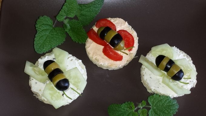 "Anita Martin kids eat mostly ""eyes"", then here is a starter made with cream cheese taste olives or #smoked salmon black olives and green olives to form our bees....and you're done. http://www.cocina.es/blogs/italiaautentica/"