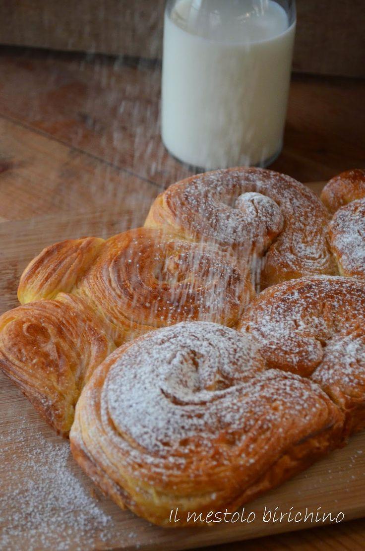 Volevo impastare e sfogliare, ma non avevo voglia dei soliti croissant.   Così ho girato e rigirato ed ho deciso di provare questa versione...