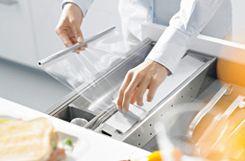 As ferragens são FUNDAMENTAISnos móveis, sabia? Elas podem ser usadas em TODOS os tipos de móveis, porém é mais fácil percebê-las em gavetas, portas e basculantes. Sabe quando abrimos uma porta de armário de cozinha, por exemplo, e na hor
