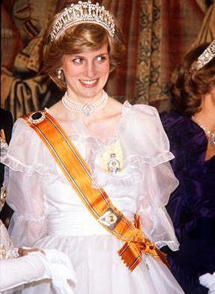 18 ноября 1982: принцесса Диана посещает банкет в Hampton Court Palace для королевы Нидерландов Беатрикс.  Изображение: © Тим Грэм / КОРБИС